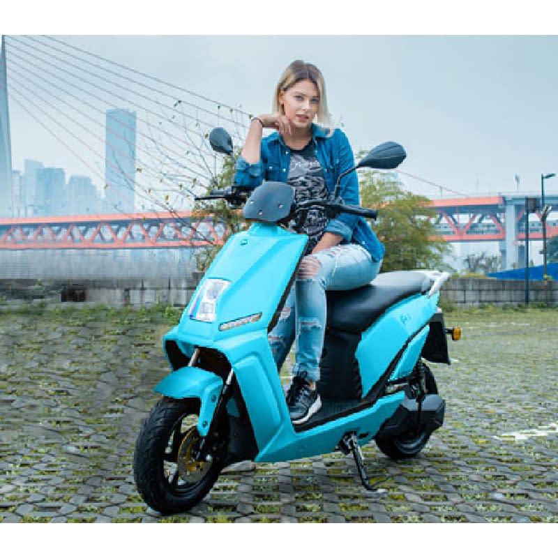 Vrouw op blauwe elektrische scooter buiten