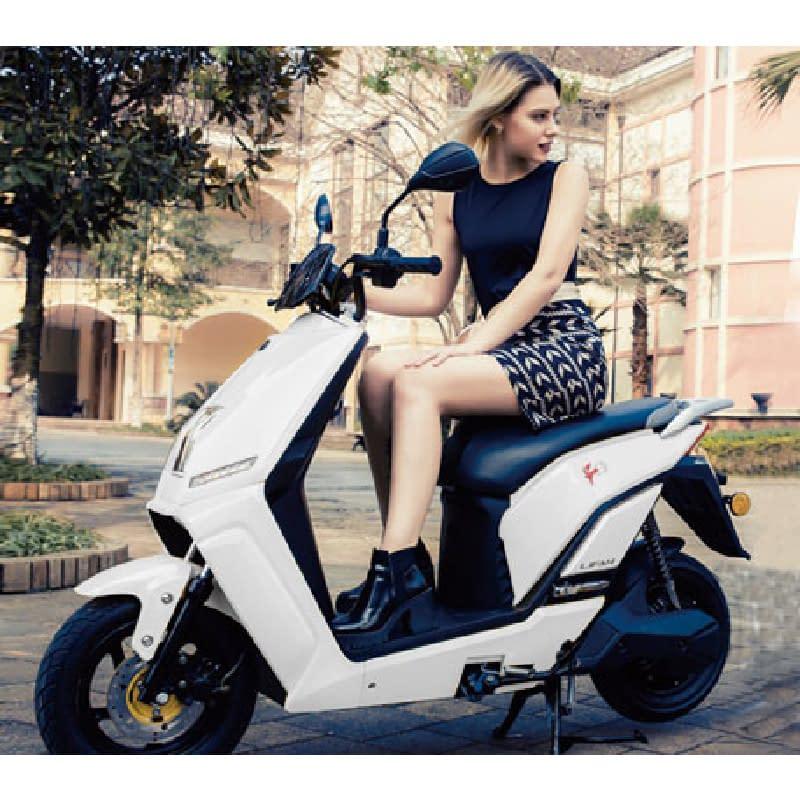 Vrouw op witte escooter buiten
